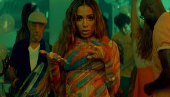 """Anitta, Don Patricio e Rauw Alejandro fazem o Rio pegar fogo no clipe de """"Contando Lunares (Remix)"""""""