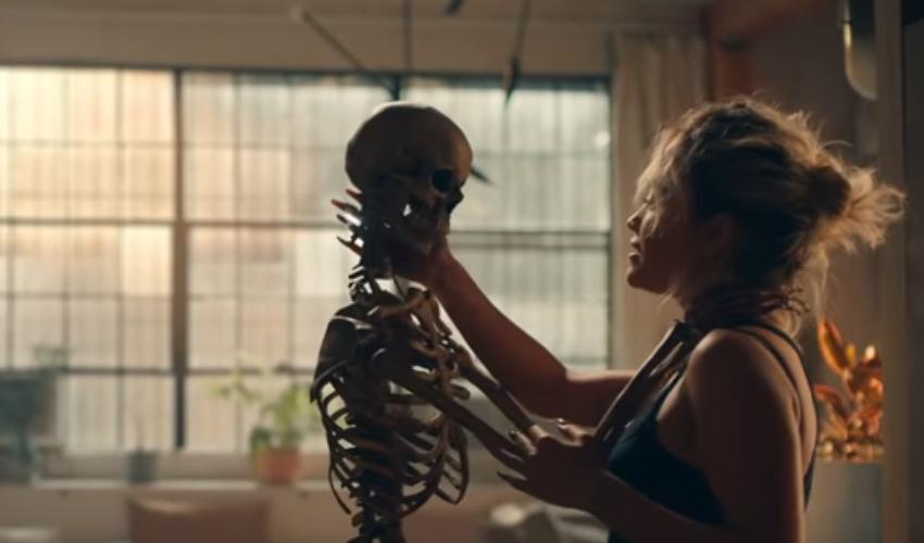 """Rita Ora divulga trailer incrível do clipe de """"How To Be Lonely"""" e revela data de lançamento"""