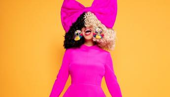 Em conversa com fãs, Sia revela ter dois álbuns prontos e parcerias chegando; saiba mais