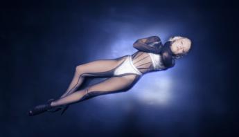 """Com muita dança e sensualidade, Zara Larsson lança clipe de """"Love Me Land""""; assista"""