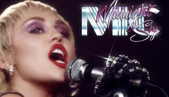 """Miley Cyrus anuncia oficialmente """"Midnight Sky"""" e divulga capa e data de lançamento do single"""