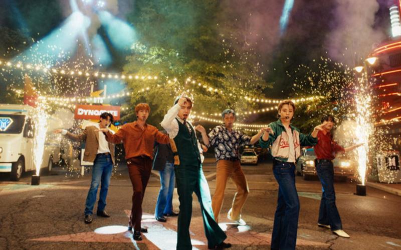 """Com visual retrô, BTS realiza performance de """"Dynamite"""" no """"America's Got Talent""""; assista"""