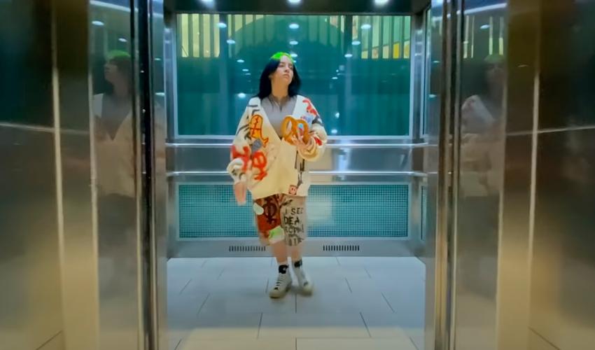 """Com um role no shopping, Billie Eillish lança videoclipe de """"Therefore I Am""""; assista"""