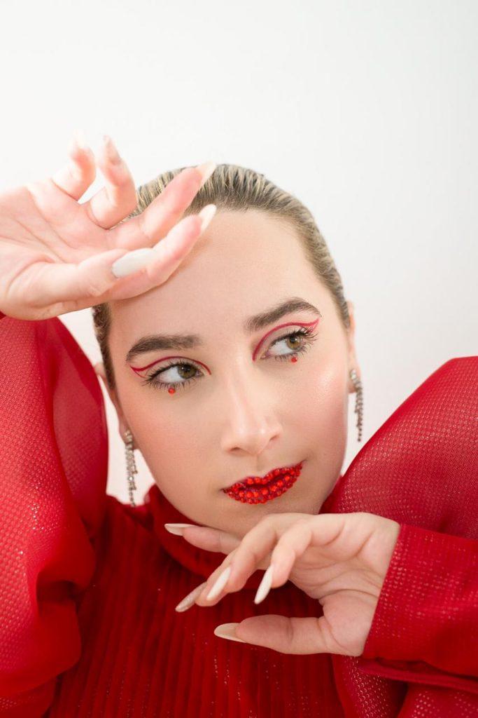 """Manola lança """"Hoje Eu Só Não Danço Pra Você"""" com clipe sobre libertação"""