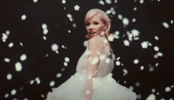 "Carly Rae Jepsen divulga o clipe do single natalino ""It's Not Christmas Till Somebody Cries""; assista"