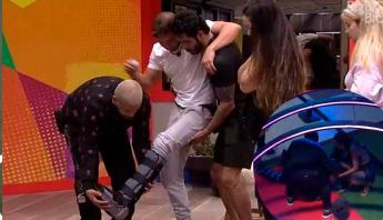 #BBB21: após fraturar o pé durante prova, Caio leva tombo em festa