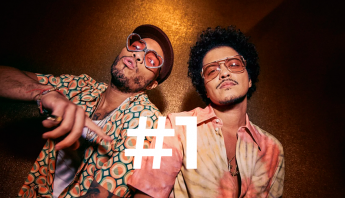 "Invadindo o topo da Hot 100, Bruno Mars e Anderson Paak emplacam ""Leave The Door Open"""