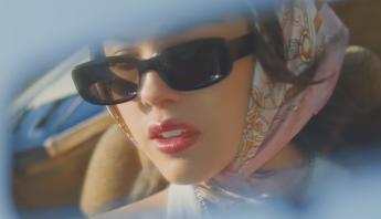 """Fenômeno do momento, Olivia Rodrigo divulga clipe do single """"deja vu"""" e anuncia seu primeiro álbum; confira"""