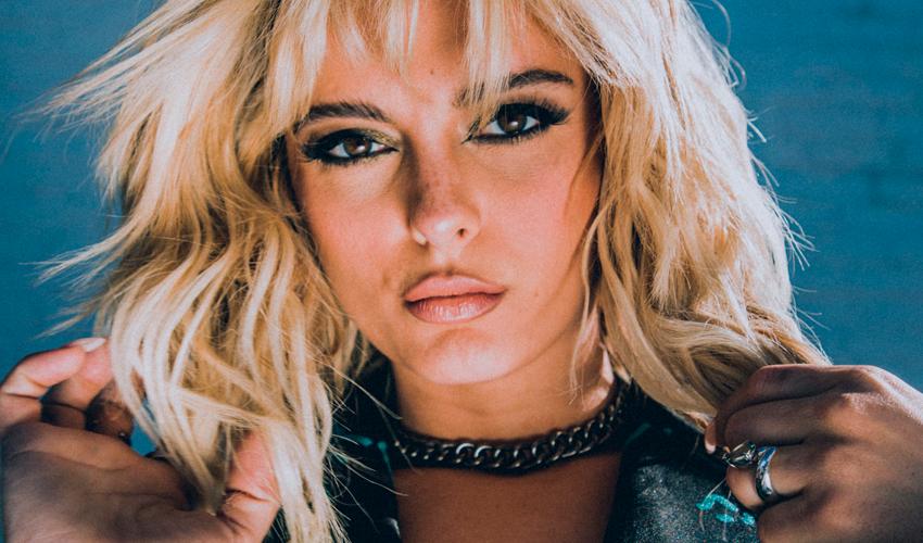 """Bebe Rexha lamenta fraco desempenho de seu novo álbum: """"minha carreira foi construída em cima de falhas, não vou desistir"""""""