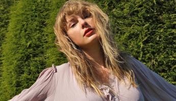 """Com o """"evermore"""", Taylor Swift tem a maior escalada até o #1 da Billboard 200 desde 2008"""