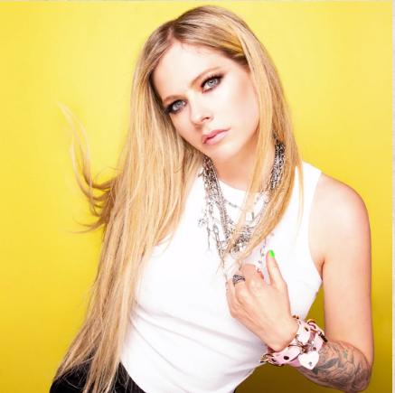 """Com novas fotos, Avril Lavigne anuncia lançamento de seu novo álbum ainda para este ano: """"Está chegando"""""""
