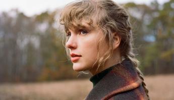 Taylor Swift ocupa o primeiro lugar na lista de artistas que mais venderam em 2021 no Reino Unido; confira
