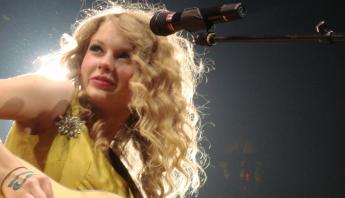 """Pela primeira vez, faixa do """"Fearless (Taylor's Version)"""" ultrapassa plays da versão original; entenda"""