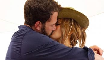 Jennifer Lopez comemora 52 anos e trabalha em relançamento de single