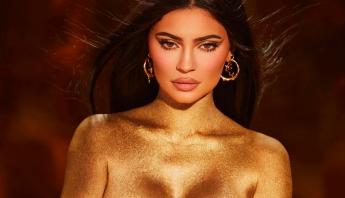 Banhada no ouro, Kylie Jenner anuncia nova coleção luxuosa e domina redes sociais; veja fotos