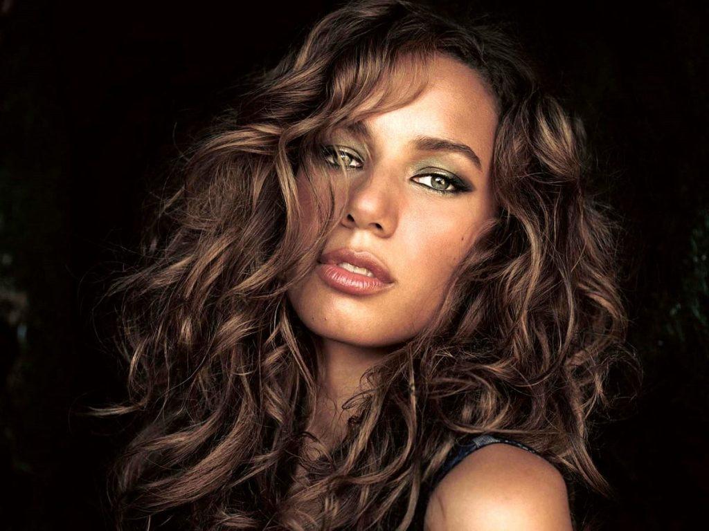 """LENDÁRIA: """"Bleeding Love"""" da Leona Lewis atinge marca de 2 bilhões de streamings"""