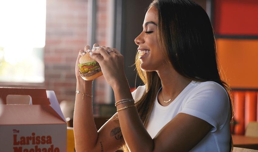 """Anitta será destaque em propaganda global do Burger King e lança oficialmente o """"The Larissa""""; saiba mais"""