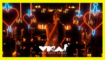 VMA 2021: Kacey Musgraves traz country para a premiação; assista