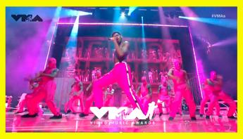 Lil Nas X faz história em performance inesquecível direto do palco do VMA 2021; assista