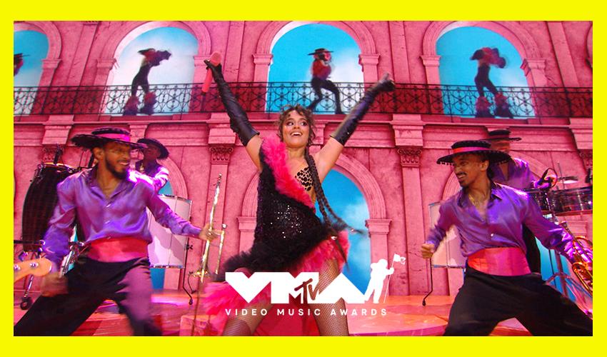 """VMA 2021: Camila Cabello traz samba e muita cultura latina com """"Don't Go Yet""""; assista"""