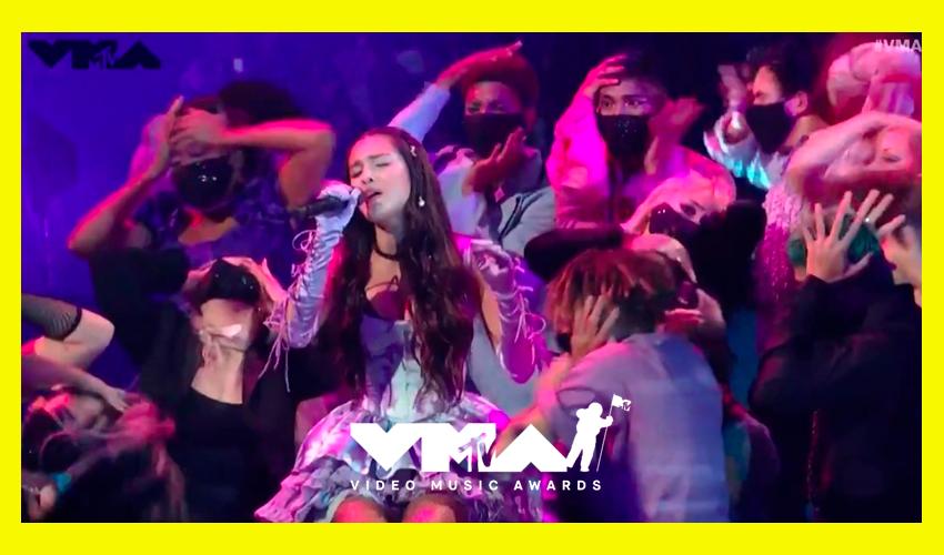 """Olivia Rodrigo faz performance eletrizante de """"good 4 u"""" no palco do VMA 2021; assista"""