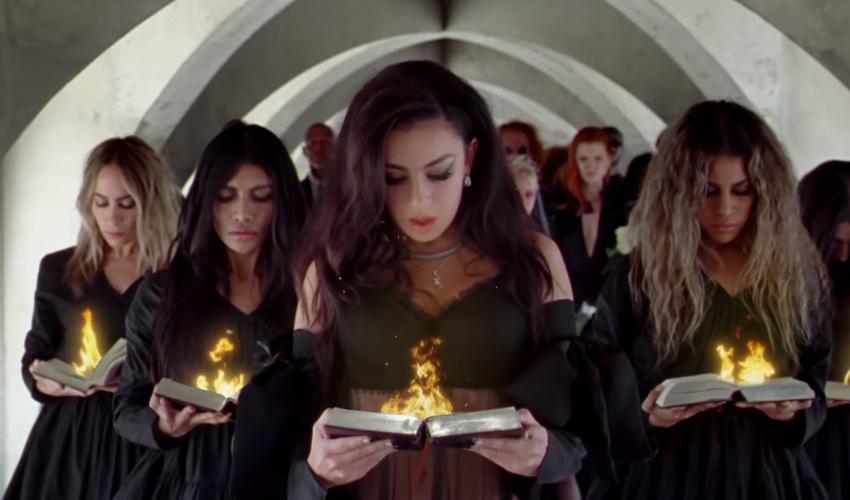 """O enterro virou uma festa: Charli XCX arrasa no seu novo clipe, """"Good Ones""""; assista"""